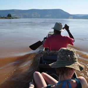 Circuit descent of the Tsiribihina river by local canoe